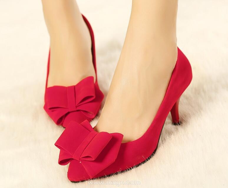 梦见别人穿红鞋