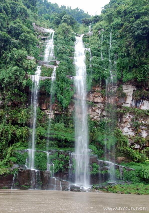 梦见瀑布从高山上流下