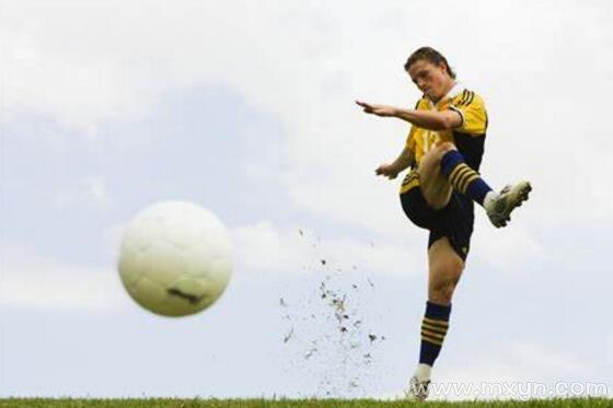 梦见踢足球