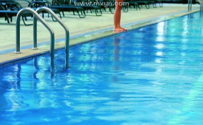 梦见别人游泳