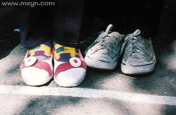 梦见鞋子丢了四处找