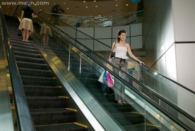 女人梦见坐电梯