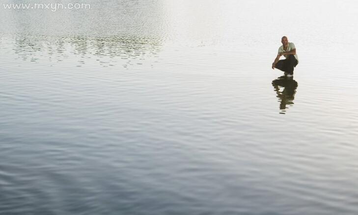 梦见在水里走