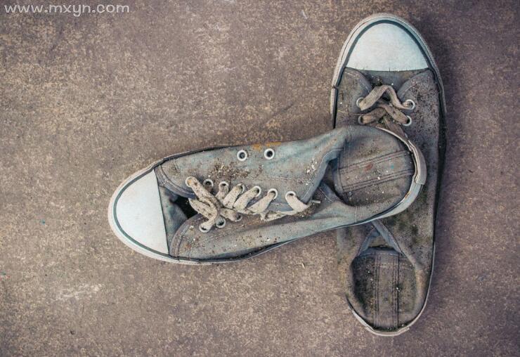 梦见自己鞋破了