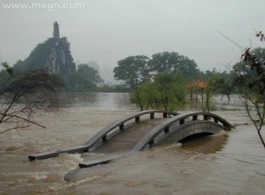 梦见河里涨大水