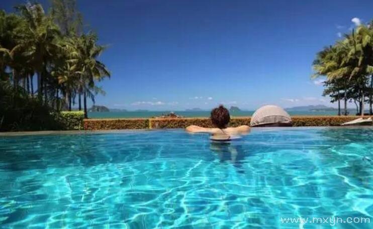 梦见游泳池里游泳
