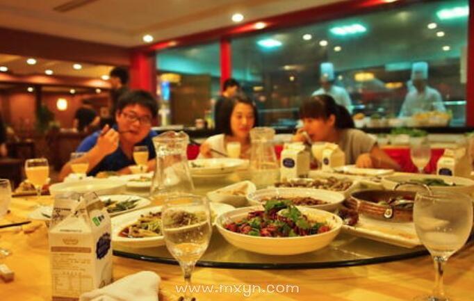 梦见和朋友一起吃饭