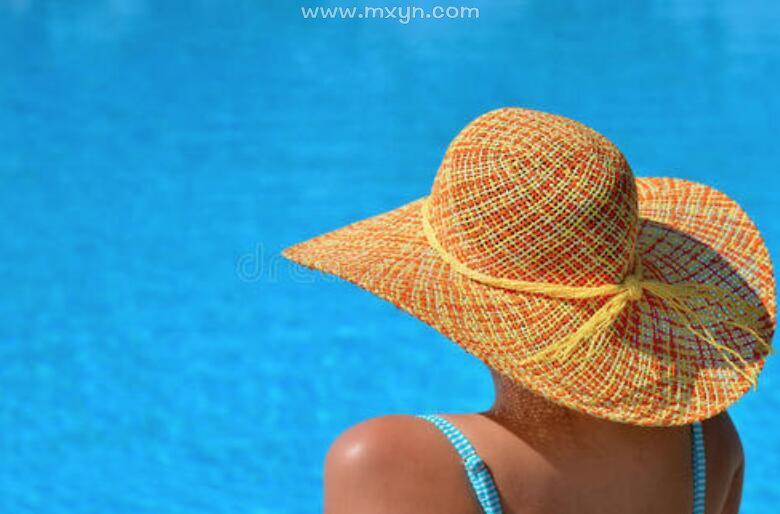 女人梦见自己游泳