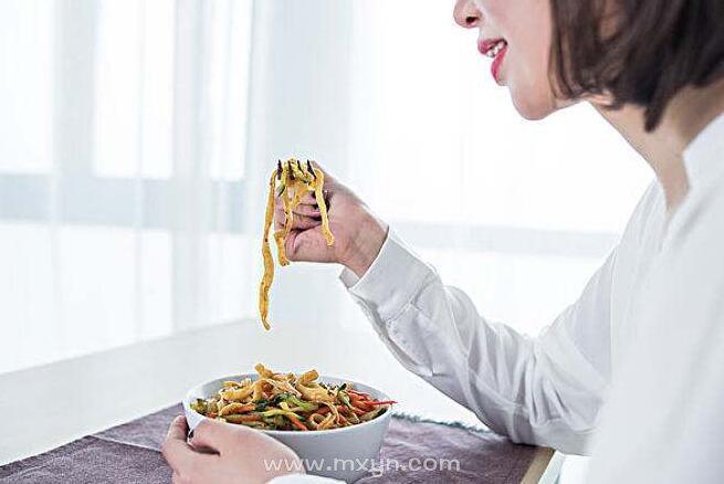 女人梦见自己吃面条