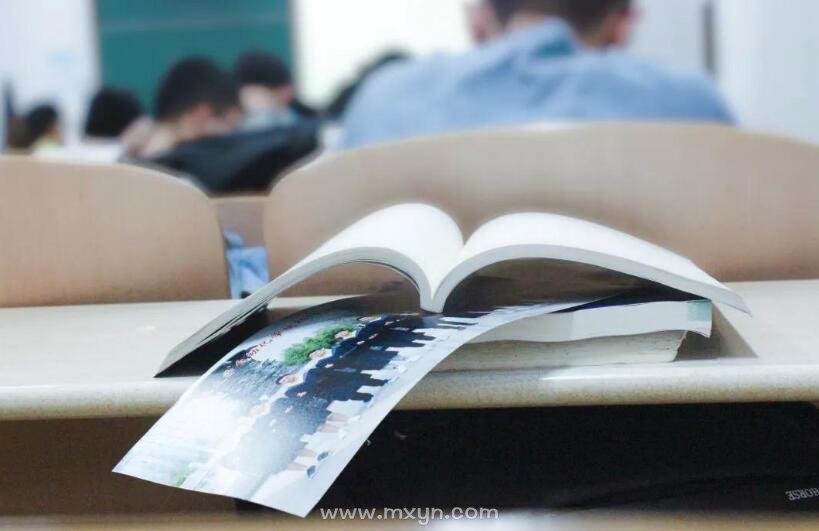 梦见教室里坐满了人