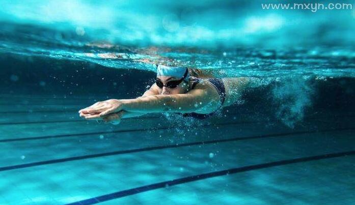 梦见水里游泳